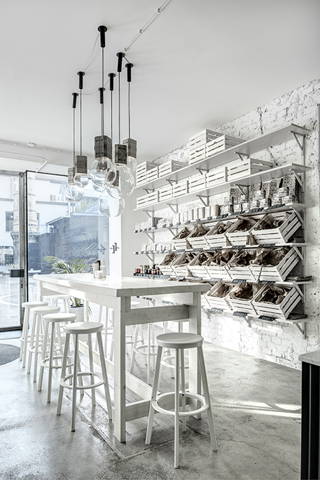 Phill's Corner Bistro | white interior with bread baskets